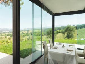 vetrata panoramica scorrevole hotel ristoranti esterni balconi terrazzi verande giardini